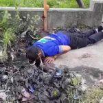 Wakil Bupati Jayapura Bersihkan Got Pakai Tangan